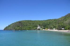Vision lointaine et frontale de la villa au bout de la baie